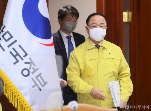 [사진]비상경제 중대본 회의 참석하는 홍남기 부총리