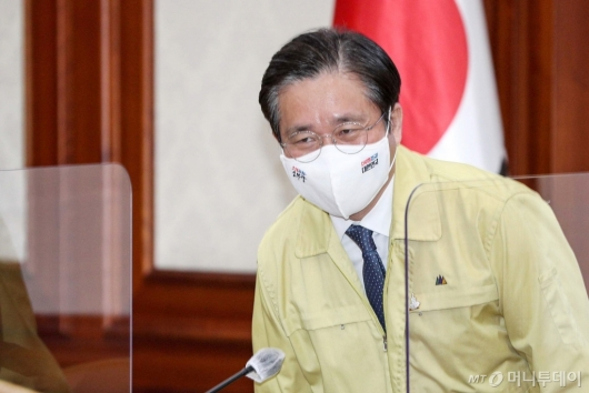 [사진]비상경제 중대본 회의 참석한 성윤모 장관