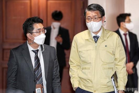 [사진]회의 참석하는 은성수 금융위원장