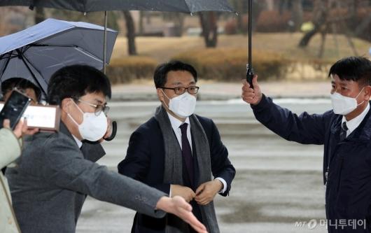 [사진]정부과천청사로 출근하는 김진욱 초대 공수처장