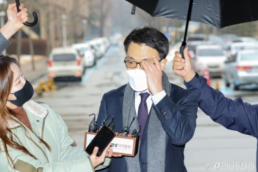 [사진]취재진 질문에 답하는 김진욱 초대 공수처장