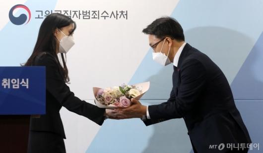 [사진]꽃다발 받는 김진욱 초대 공수처장
