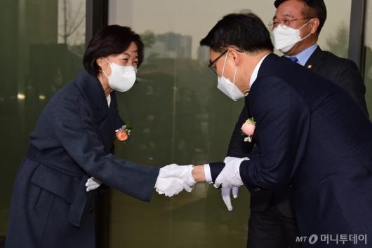 [사진]악수하는 추미애-김진욱