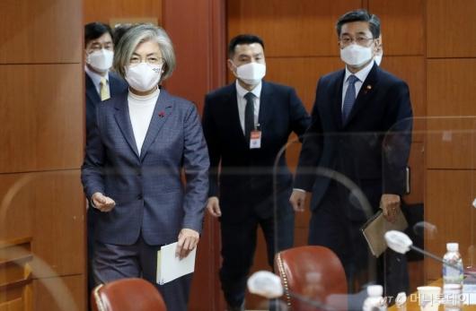 [사진]회의장 들어서는 외교-국방부 장관