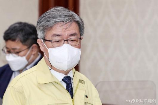 [사진]회의 참석하는 이재갑 장관