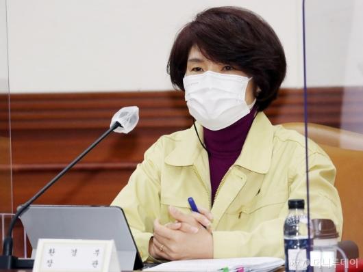 [사진]비상경제중대본회의 참석한 한정애 장관