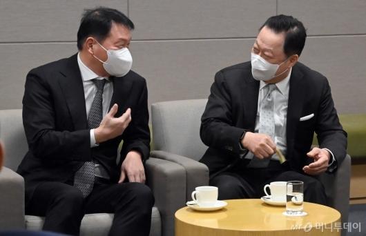 [사진]환담하는 최태원 회장과 박용만 회장