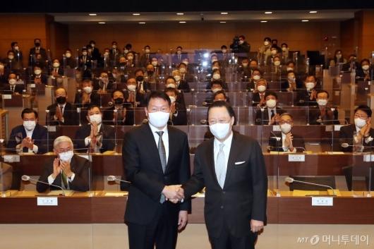[사진]악수하는 박용만 회장과 최태원 회장