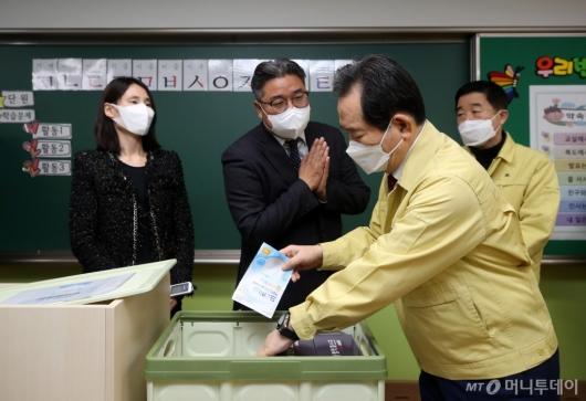 [사진]방역물품함 살피는 정세균 총리