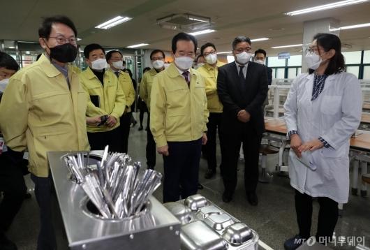 [사진]급식실 방역현장 점검하는 정세균 총리