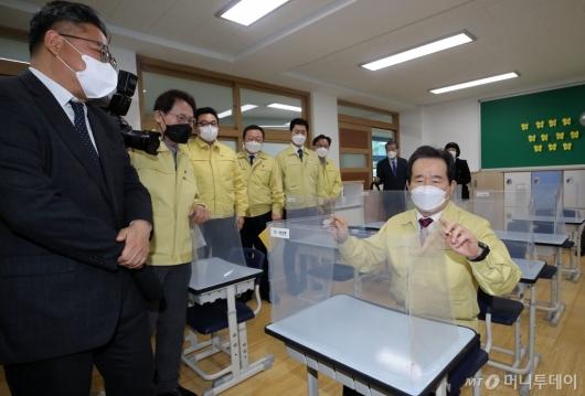 [사진]1학년 교실 둘러보는 정세균 총리