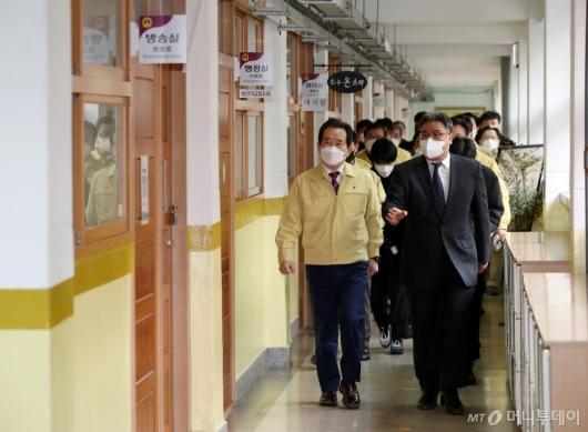 [사진]학교방역현장점검 나선 정세균 총리