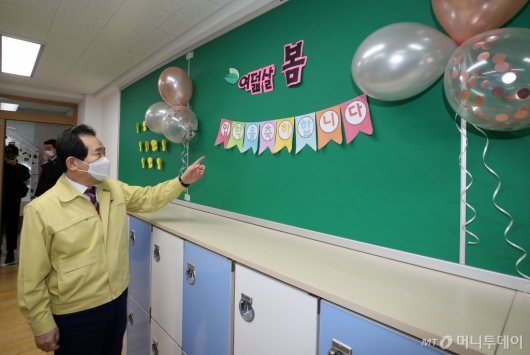 [사진]정세균 총리, 신입생 교실 방역현장 점검