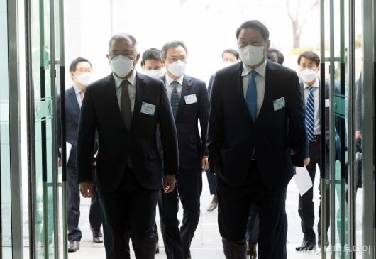 [사진]수소경제위원회 참석하는 정의선-최태원