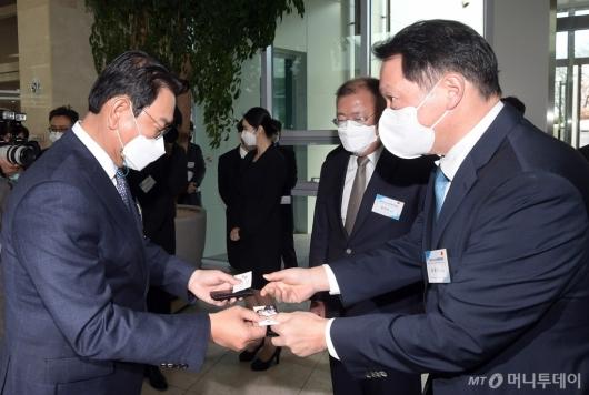 [사진]참석자들과 인사하는 최태원-정의선
