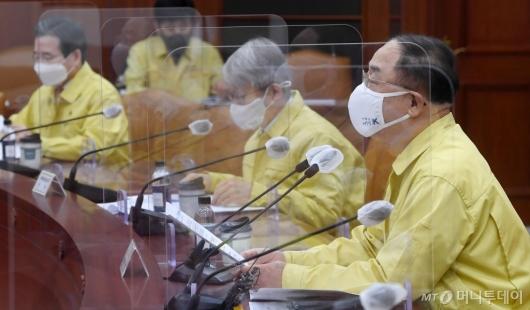 [사진]비상경제중대본회의 주재하는 홍남기 부총리