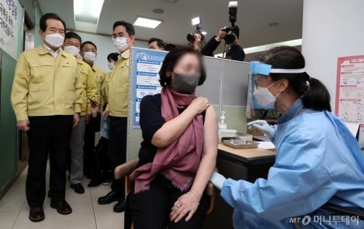 [사진]정세균 총리, 코로나19 백신 접종 현장 참관