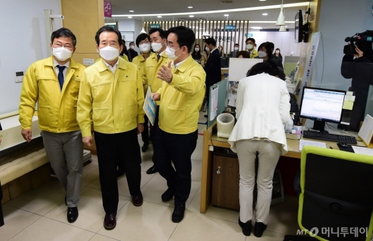 [사진]코로나19 백신 접종 현장 찾은 정 총리