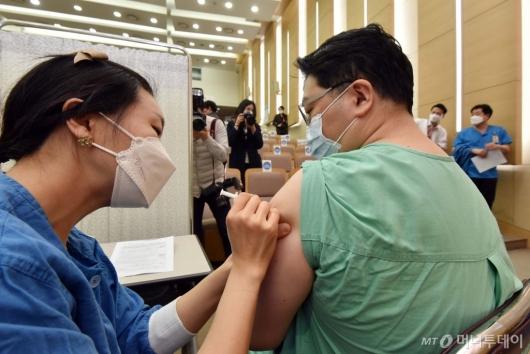 [사진]서울대병원 의료진 백신 자체 접종