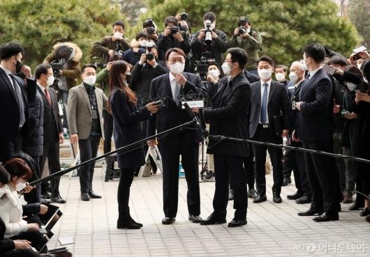 [사진]대검 앞 입장 밝히는 윤석열 검찰총장