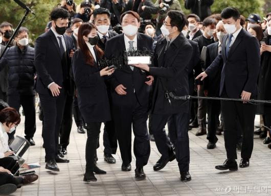 [사진]입장 밝힌 뒤 대검 들어서는 윤석열