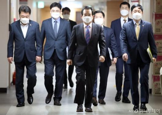 [사진]브리핑 참석하는 정세균 총리