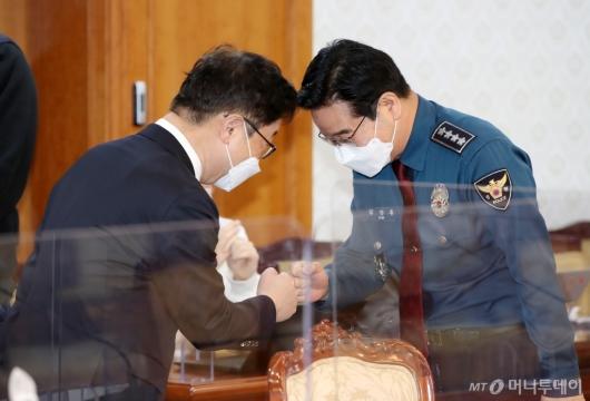 [사진]주먹인사하는 박범계-김창룡