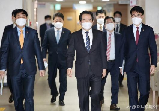 [사진]3기 신도시 투기 1차 전수조사 결과 발표 위해 이동하는 정 총리