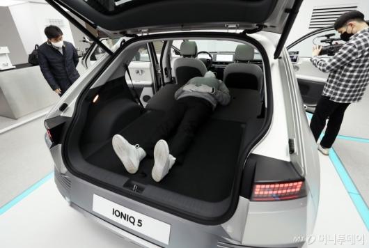 [사진]공간활용성 뛰어난 아이오닉5 뒷좌석과 트렁크