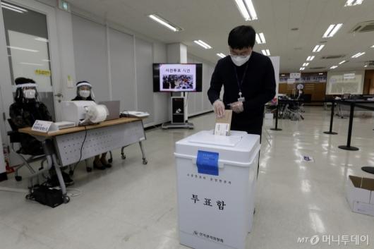 [사진]서울시선관위 사전투표 시연회