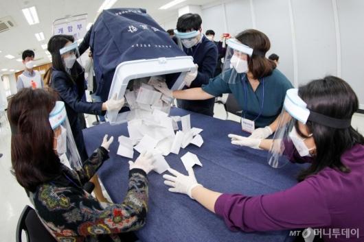 [사진]4.7 재·보궐선거 사전투표 개표 시연