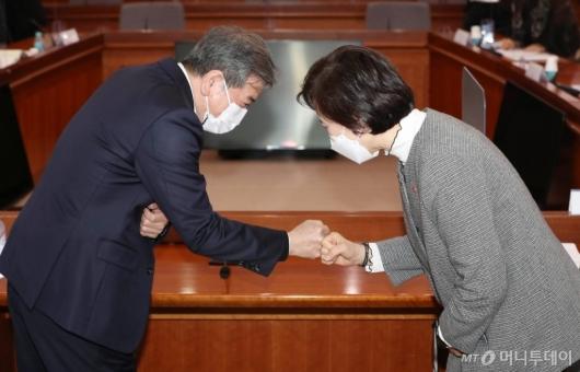 [사진]인사하는 유은혜 장관-김진경 의장