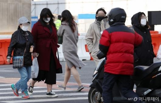 [사진]쌀쌀해진 날씨에 두꺼워진 옷차림