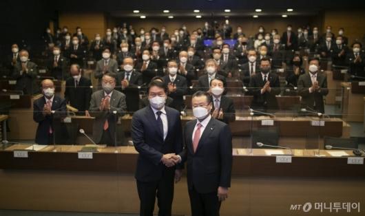 [사진]기념촬영하는 최태원-이재하 회장