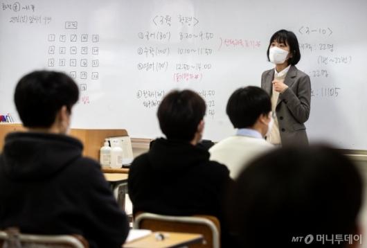 [사진]시험 주의사항 듣는 수험생들