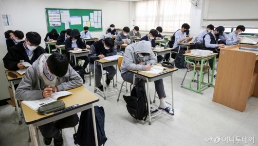 [사진]올해 첫 연합학력평가 치르는 수험생들