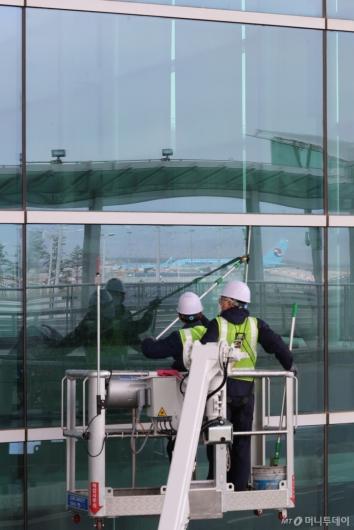 [사진]봄맞이 대청소하는 인천공항