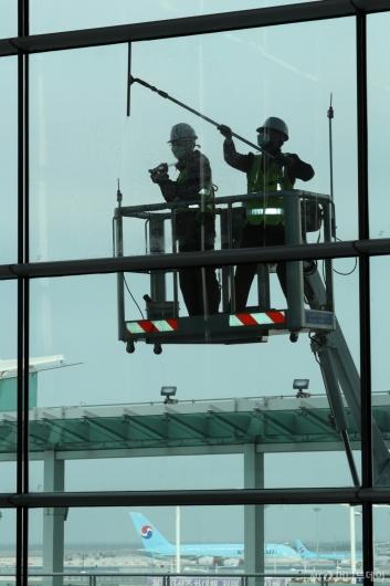 [사진]인천공항, 여객수요 회복 대비 대청소 실시