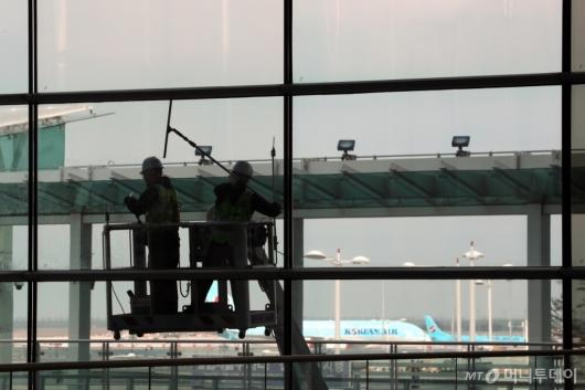 [사진]인천공항, 포스트 코로나 대비 대청소 시행