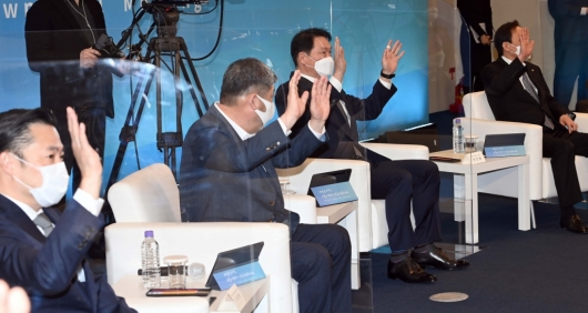 [사진]비대면 참석자들과 인사 나누는 최태원 회장