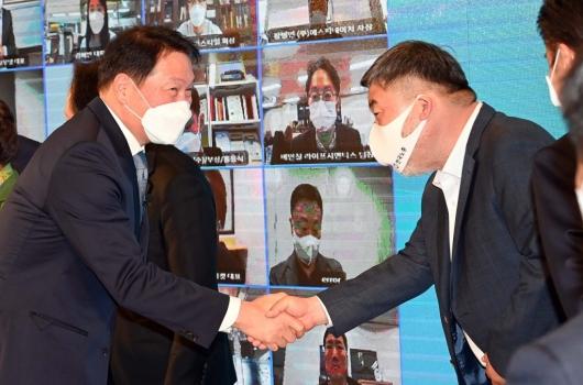 [사진]김동명 위원장과 인사 나누는 최태원 회장