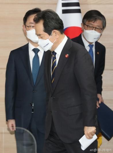 [사진]반부패정책협의회 결과 브리핑 마친 정세균 총리