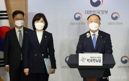 [사진]반부패정책협의회 결과 브리핑하는 홍남기 부총리