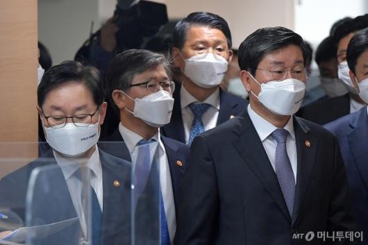 [사진]반부패정책협의회 결과 브리핑 참석하는 국무위원들