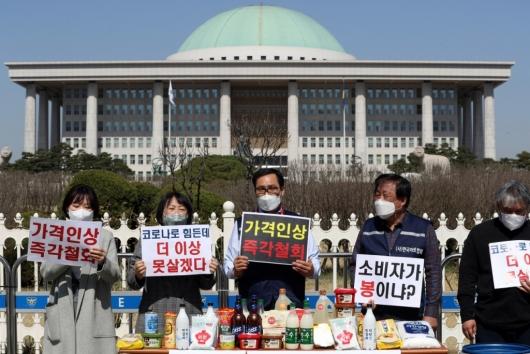 [사진]'주류·생필품 가격인상 즉각철회'