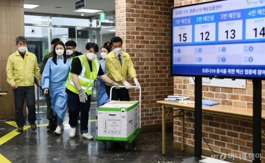 [사진]1일 접종 앞두고 화이자 백신 도착