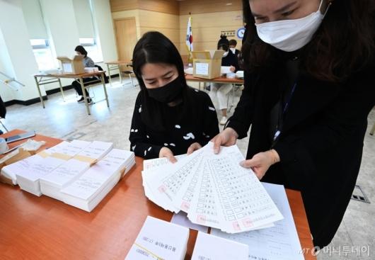 [사진]4.7 재보궐선거 투표용지 검수