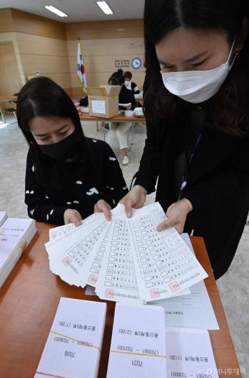 [사진]4.7 재보선 투표용지 검수 작업