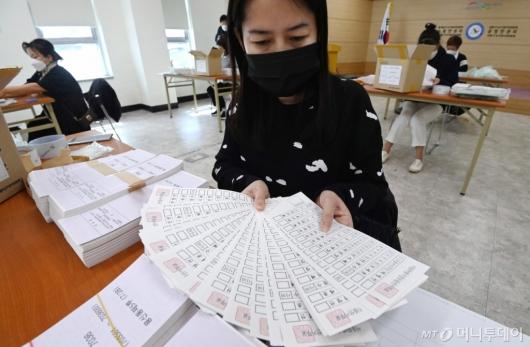 [사진]꼼꼼하게 투표용지 검수