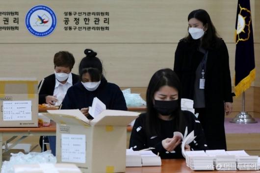 [사진]4.7 재보궐선거 투표용지 검수 작업